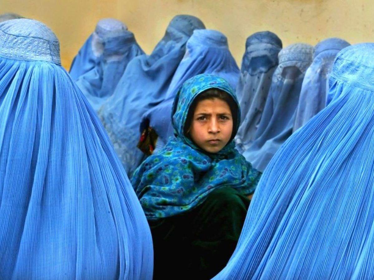 Niña afgana; México dará refugio a mujeres afganas tras la invasión del régimen talibán