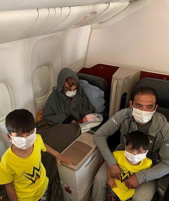 Familia viajando mientras están sentados en un avión