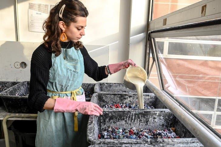 Chica haciendo ladrillos con pegamento y ropa
