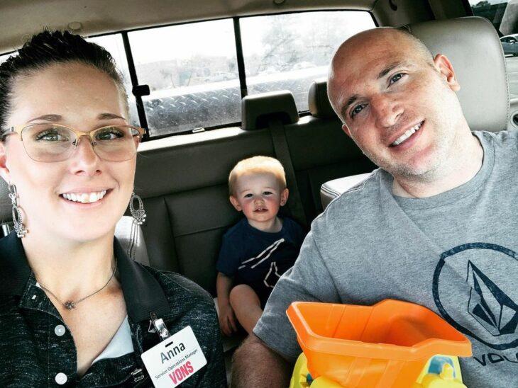 Familia paseando en el coche