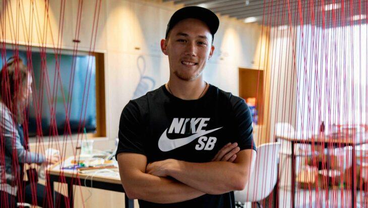 Empleado de Nike posando para una fotografía
