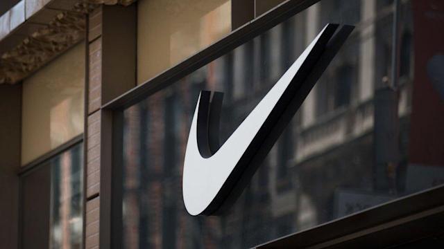 Logo de Nike colgado en un balcón