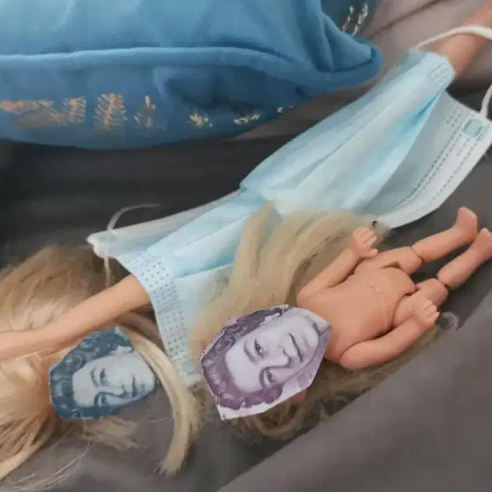 Muñecas con el rostro de la reina isabel recortado de muñecas