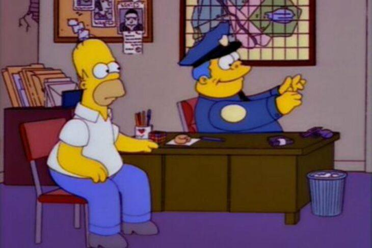 Escena de Los Simpson con Homero y el Jefe Gorgori escribiendo en una maquina invisible