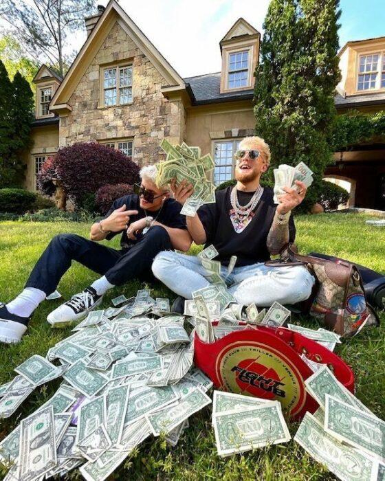chicos presumiendo dinero;20 'Niños ricos' en Instagram que presumen todo lo que compran con el dinero de papá