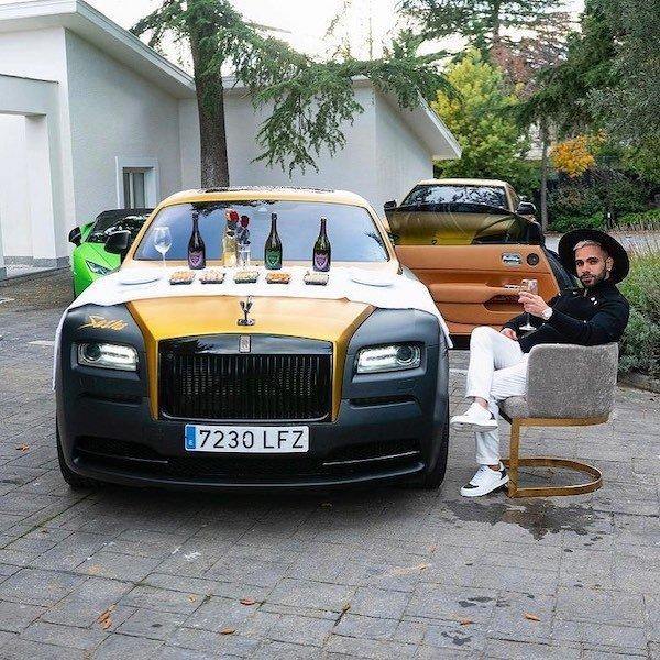 Hombre sentado en una silla ;20 'Niños ricos' en Instagram que presumen todo lo que compran con el dinero de papá