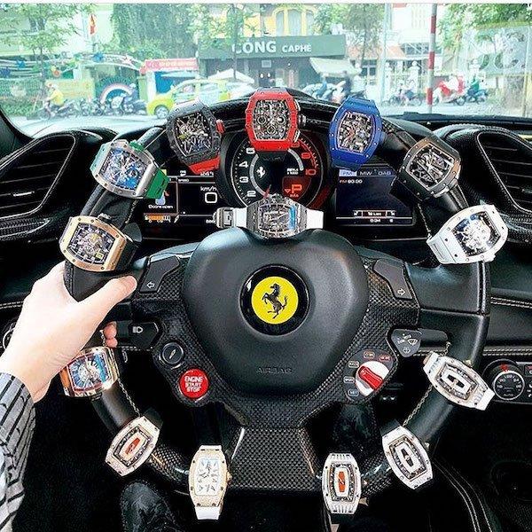 relojes en un volante de auto  ;20 'Niños ricos' en Instagram que presumen todo lo que compran con el dinero de papá