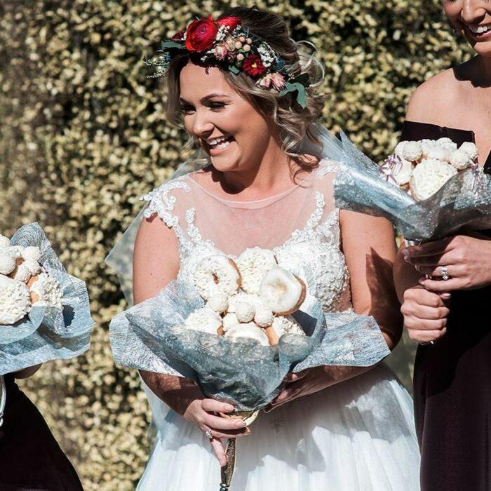 Mujer usando un ramo de novia hecho de donas