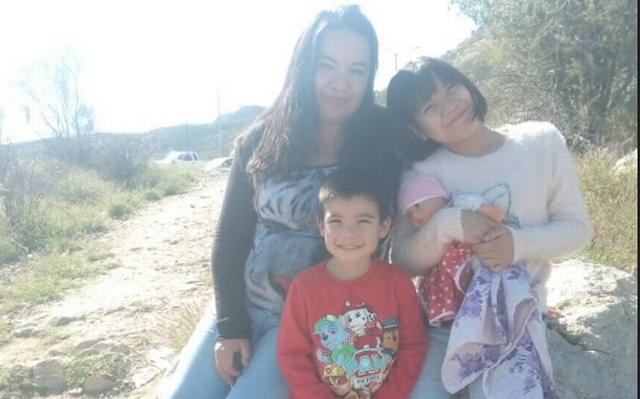 Familia reunida; Ofrece lavar ropa para comprar un pastel de cumpleaños para su hijo