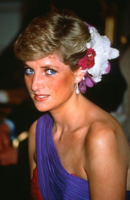 Princesa Diana de Glaes usando un peinado diferente