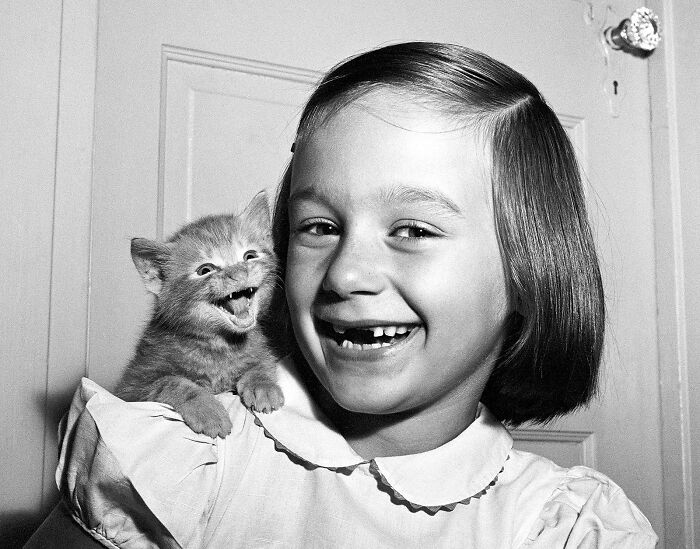 Niña con un gato ;16 Pruebas de que los abuelos eran cool y no necesitaban de filtros en sus fotos