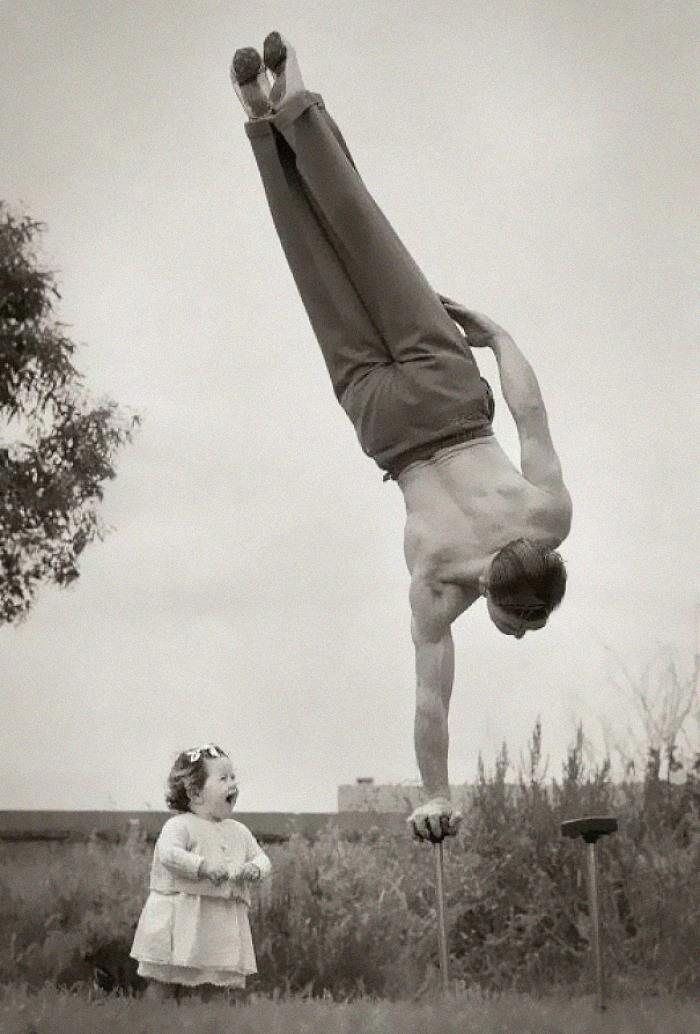 Hombre haciendo ejercicio ;16 Pruebas de que los abuelos eran cool y no necesitaban de filtros en sus fotos
