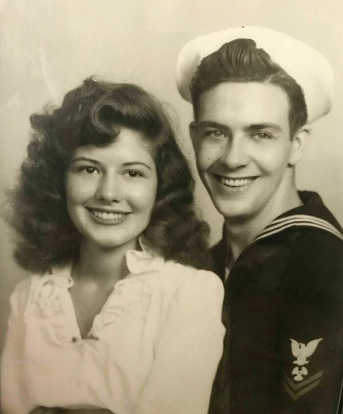 Pareja de novios sonriendo ;16 Pruebas de que los abuelos eran cool y no necesitaban de filtros en sus fotos