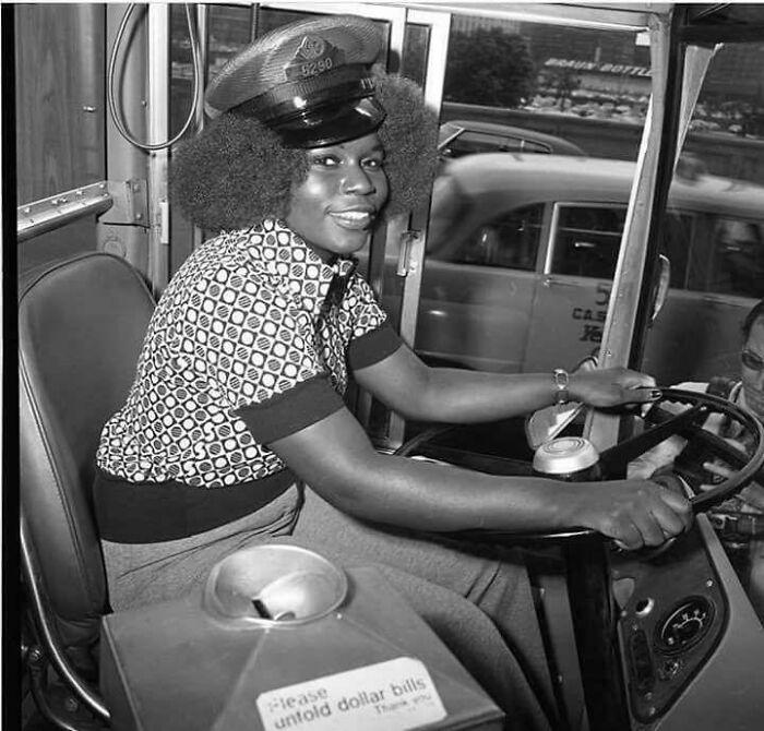 Mujer en un autobús; 16 Pruebas de que los abuelos eran cool y no necesitaban de filtros en sus fotos