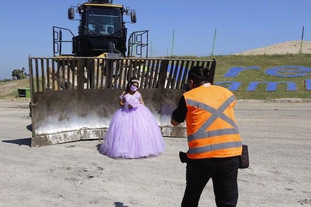 Hombre tomando fotografías; Quinceañera se toma fotografías en el basurero que trabaja su papá