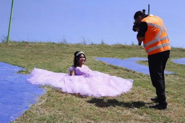 Quinceañera en sesión de fotos; Quinceañera se toma fotografías en el basurero que trabaja su papá