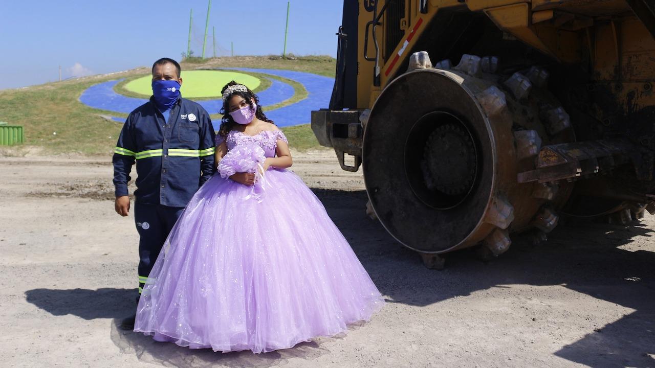 Chica junto a su padre en sesión de fotos; Quinceañera se toma fotografías en el basurero que trabaja su papá