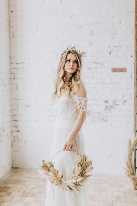 Chica sosteniendo un ramo circular el día de su boda