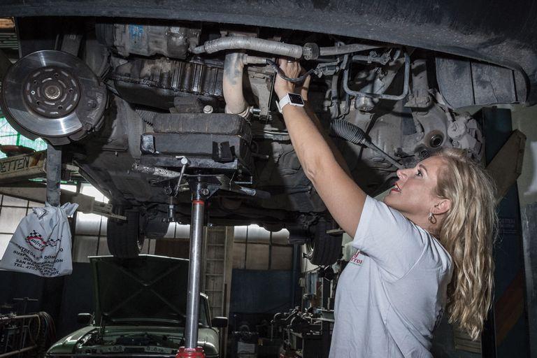 mujer mecanica; Se niega a que una chica lo atienda en taller automotriz y queda en ridículo en redes sociales