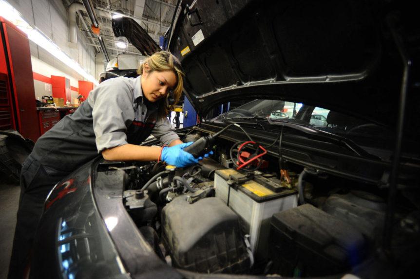 mujer mecaninca; Se niega a que una chica lo atienda en taller automotriz y queda en ridículo en redes sociales