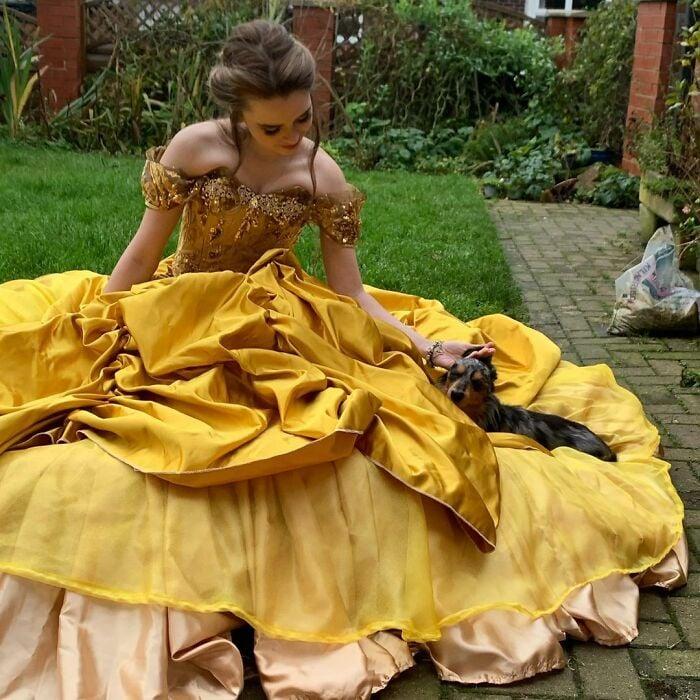 Bella; Recrea los vestidos más famosos de princesas Disney y Barbie y el resultado es increíble