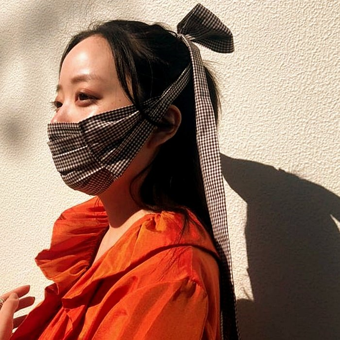 Chica de cabello largo rubio, oscuro, corto, claro, usando un cubrebocas con diseños modernos, de animal print, estampado de flores, collar de cuentas