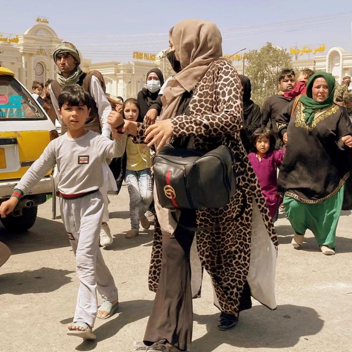 mujeres y niños huyendo de Afganistán