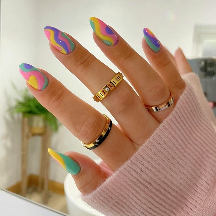 uñas, manicura, postizas con diseños originales, coloridos, neón, rosa pastel, tonos pasteles, rojos, anillos, glitter, brillo y tonos neutrales