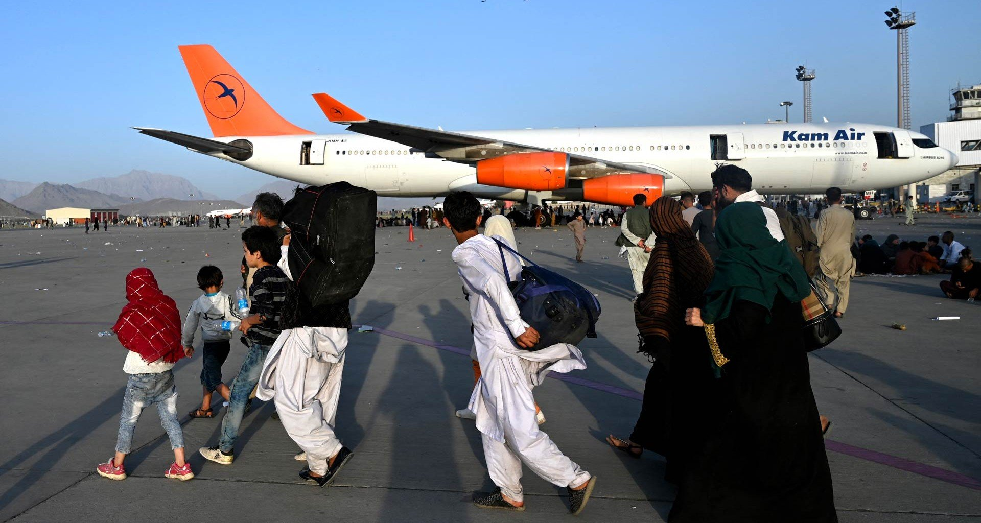 Niña evacuada de Afganistán salta de alegría al llegar a Bruselas