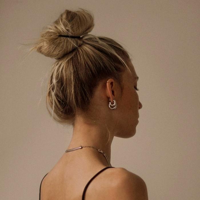 chica de cabello largo con un peinado fácil, recogido, chongo, trenzas, cabello rubio, castaño, oscuro, claro, con mechones sueltos