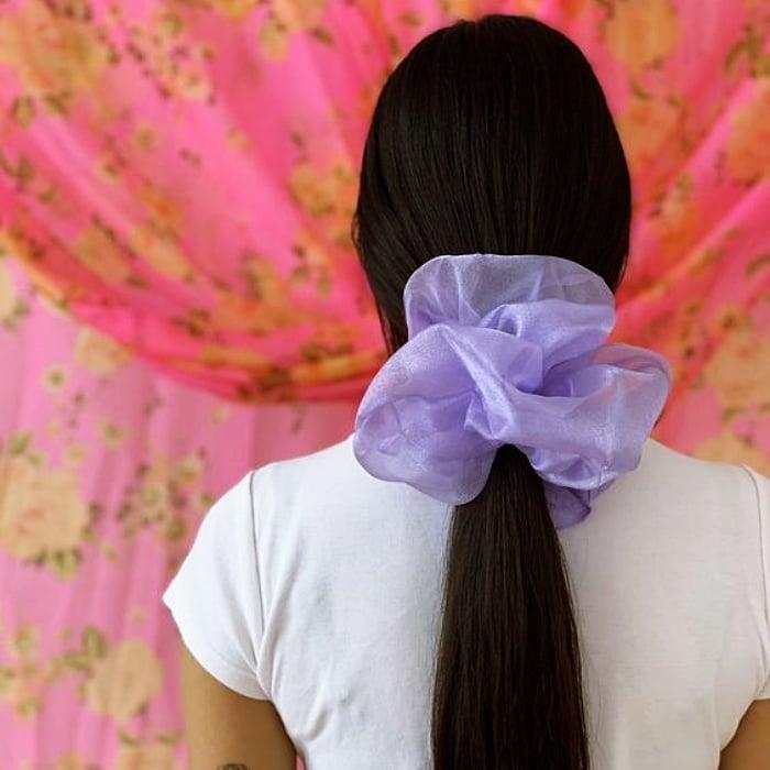 chica de cabello largo rubio, castaño, claro, oscuro usando una coleta, chongo con scrunchie de seda, largo, de colores, rojo, rosa, morado, lila, rosa pastel, negro