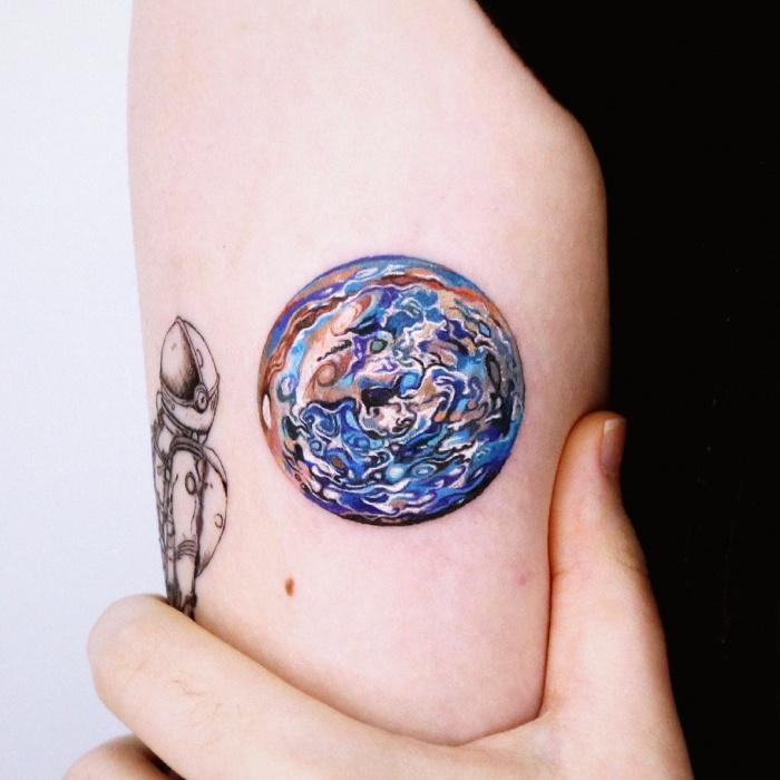 tatuajes inspirados en la galaxia, la luna, planetas, cosmos, galaxias, estrellas, en colores morados, azul, blanco y negro, rosa, blanco, gris