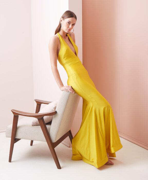 Chica posando con un vestido de color amarillo