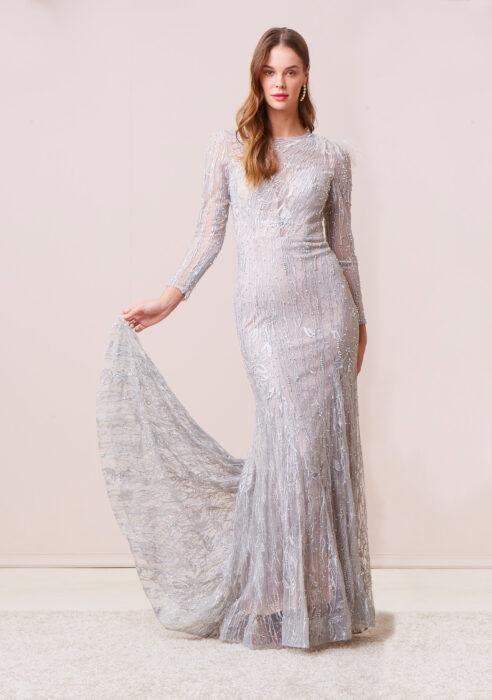 Chica posando con un vestido de color plateado