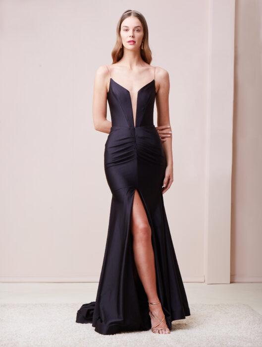 Chica posando con un vestido de color Negro