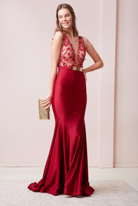 Chica posando con un vestido de color rojo