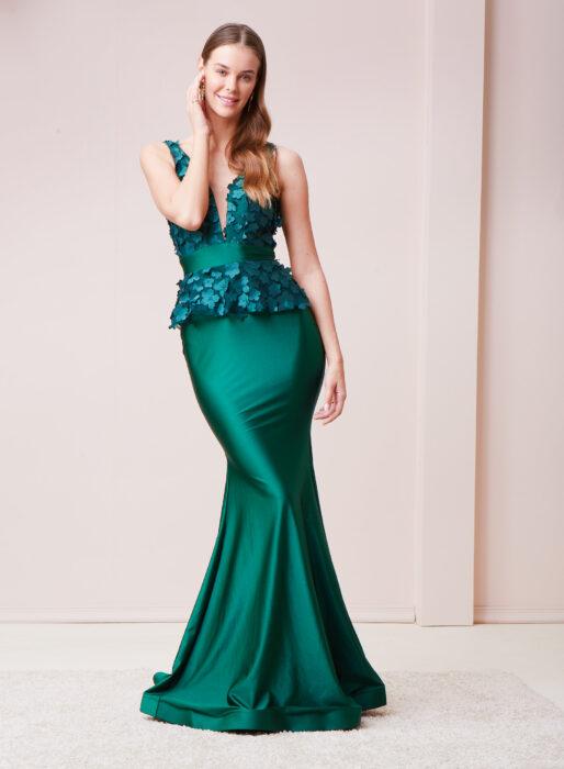 Chica posando con un vestido de color verde