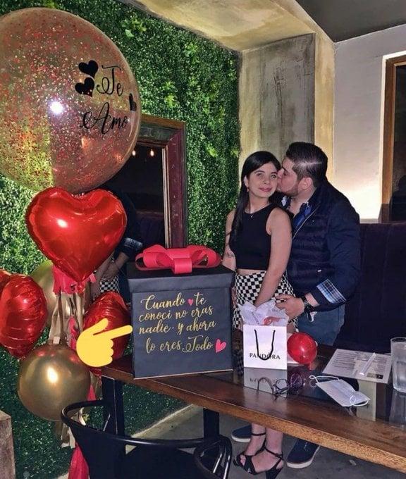 Pareja celebrando aniversario; 'Cuando te conocí no eras nadie' Mensaje 'amoroso' desata polémica en redes sociales