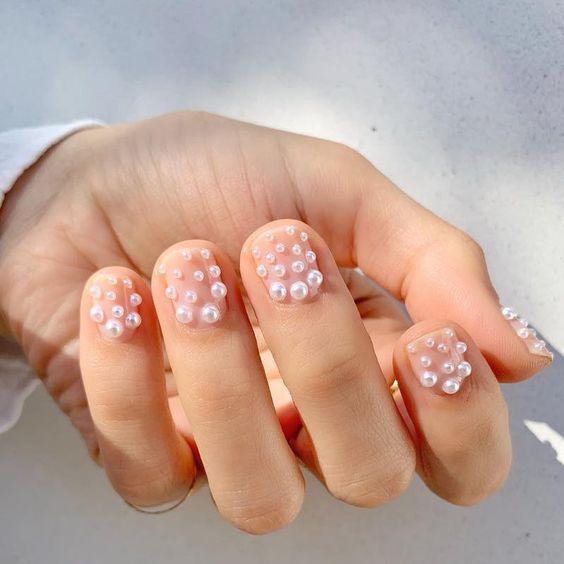 Manicura con perlas en ambas uñas ;17 Manicuras con perlas para sentirte como una sirena real