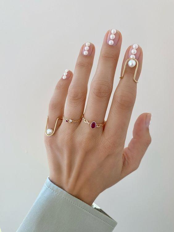 Manicura con perlas de diferentes tamaños ;17 Manicuras con perlas para sentirte como una sirena real