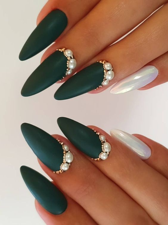 manicura en tono verde con perlas bajas ;17 Manicuras con perlas para sentirte como una sirena real