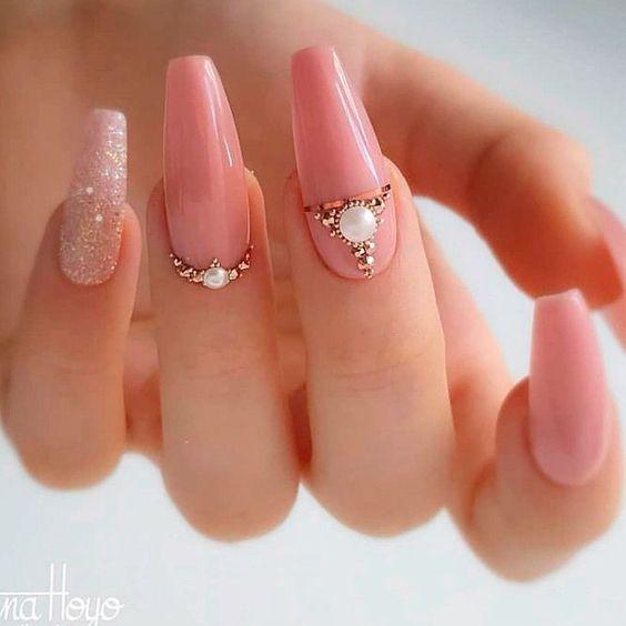 Manicura con una perla en un dedo ;17 Manicuras con perlas para sentirte como una sirena real