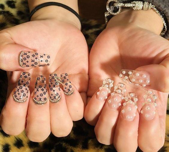 Manicura con uñas cristal y perlas ;17 Manicuras con perlas para sentirte como una sirena real