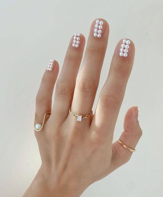 Manicura con doble línea de perlas ;17 Manicuras con perlas para sentirte como una sirena real