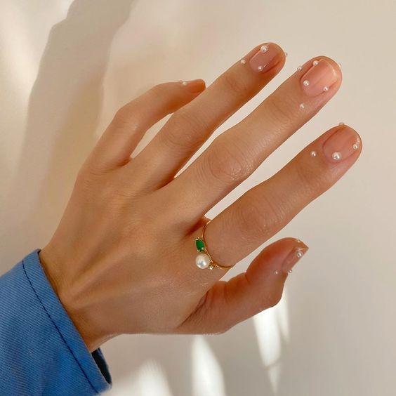 Manicura con perlitas bajas ;17 Manicuras con perlas para sentirte como una sirena real