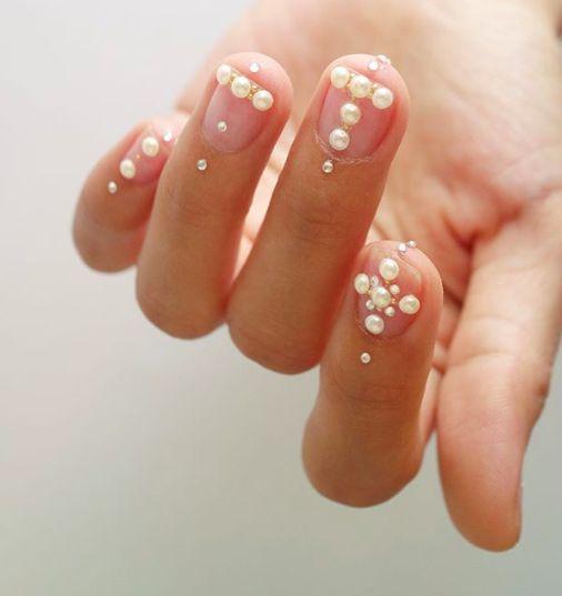 Manicura con perlas estilo 90s ;17 Manicuras con perlas para sentirte como una sirena real