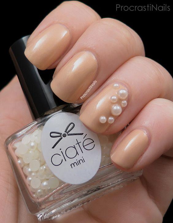 Manicura en tono beige con perla de un lado ;17 Manicuras con perlas para sentirte como una sirena real