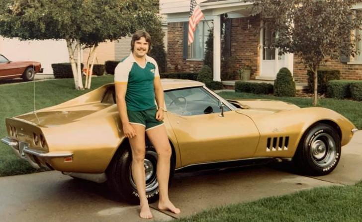 hombre mostrando su aut; 20 Personas que no necesitaron de Photoshop en su juventud para verse glamurosas