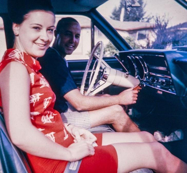 pareja conduciendo un auto ;20 Personas que no necesitaron de Photoshop en su juventud para verse glamurosas
