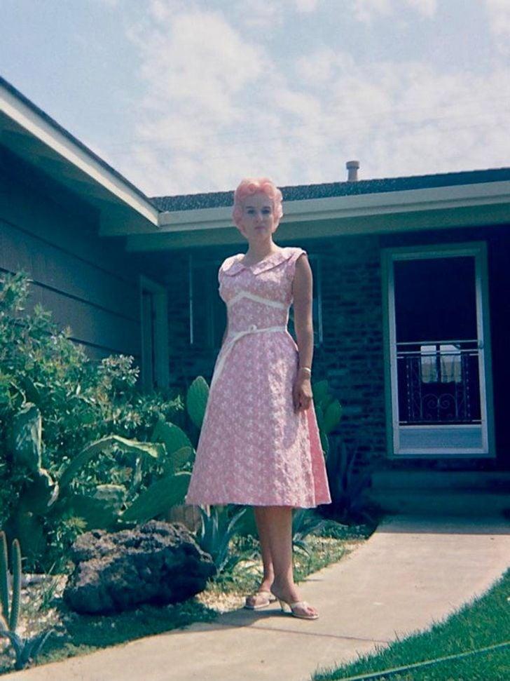 Mujer llevando un vestido rosa ; 20 Personas que no necesitaron de Photoshop en su juventud para verse glamurosas